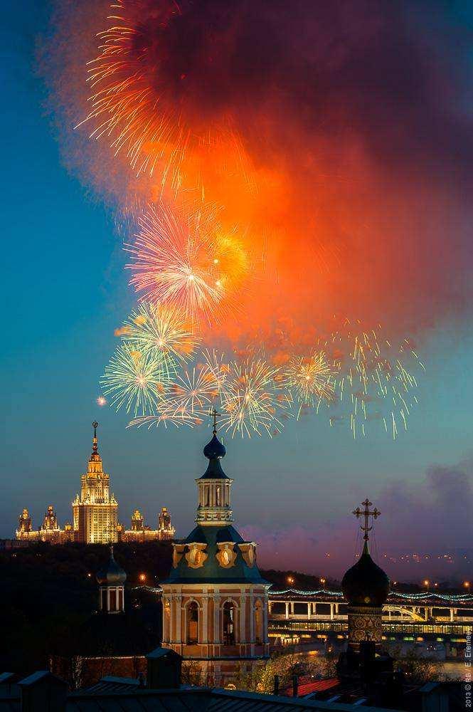 Москвичам показали салют в честь Дня Победы