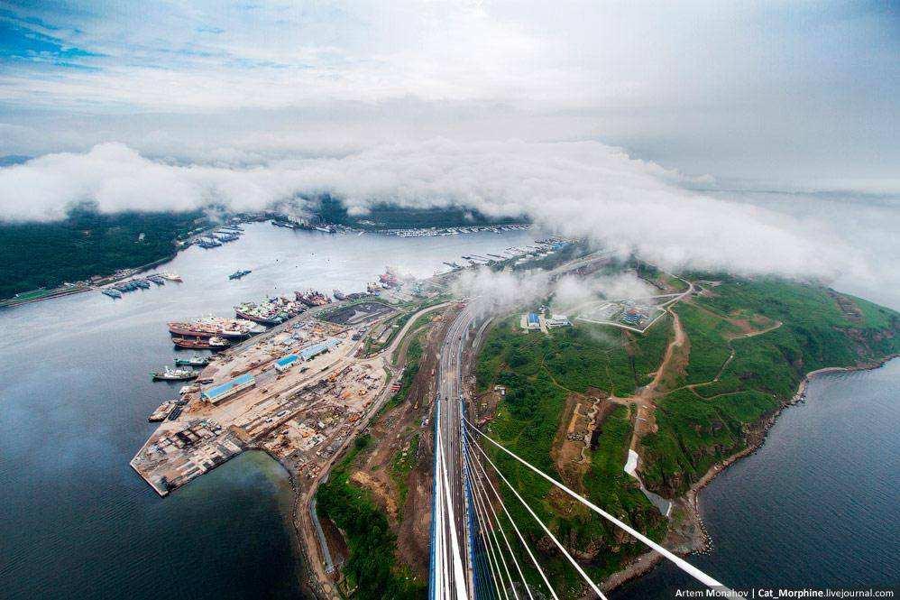 Нелегальное восхождение на самой большой в мире вантовый мост во Вледивостоке