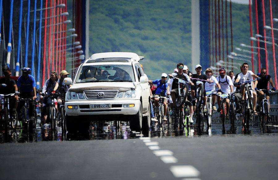 Велосипедисты открыли мост на остров Русский