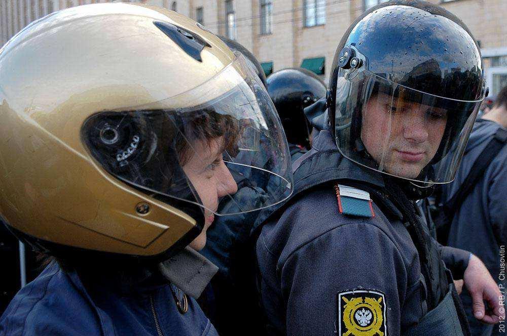 Полицейский и протестующий в шлеме