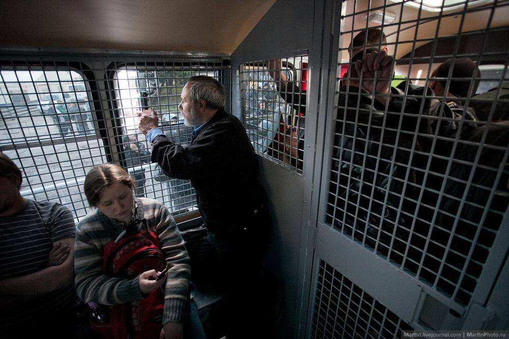 Задержанные в автозаке