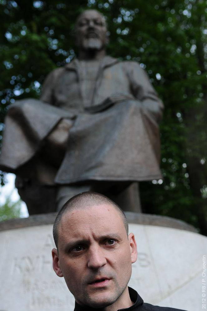 Сергей Удальцов у памятника Абаю Кунанбаеву