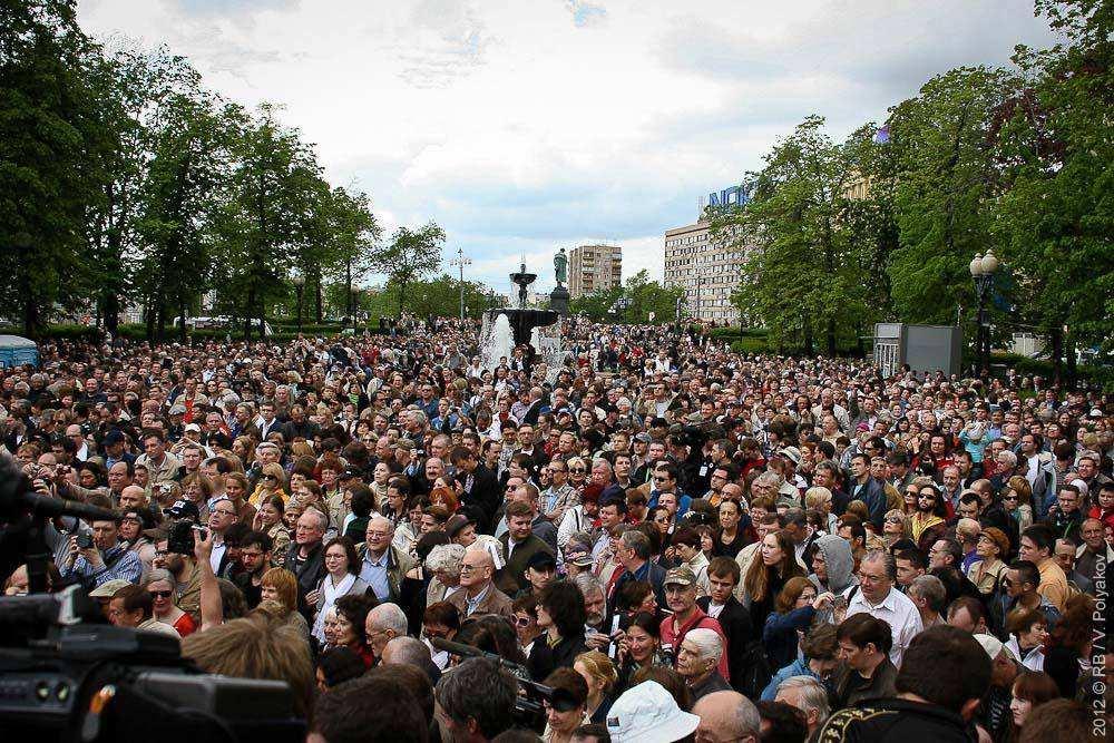 Контрольная прогулка писателей на Пушкинской площади