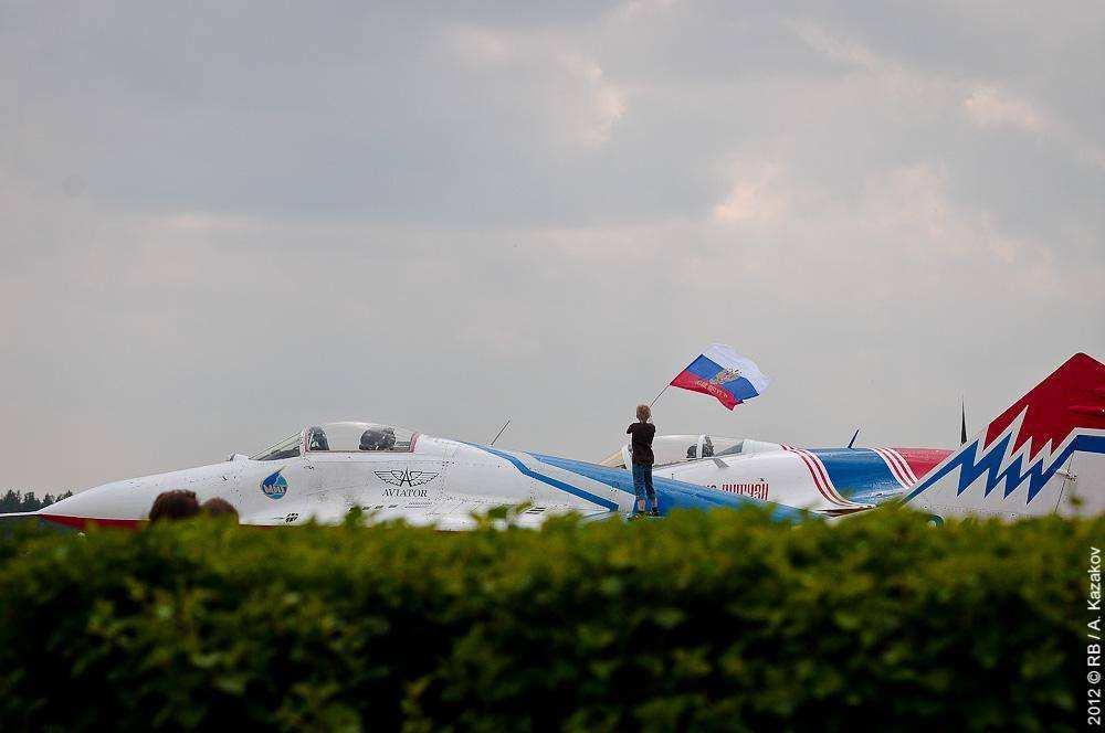 Пилотажные группы Стрижи и Русские витязи