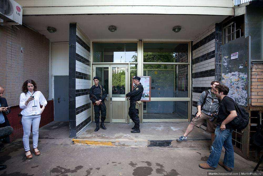Охрана подъезда Алексея Навального