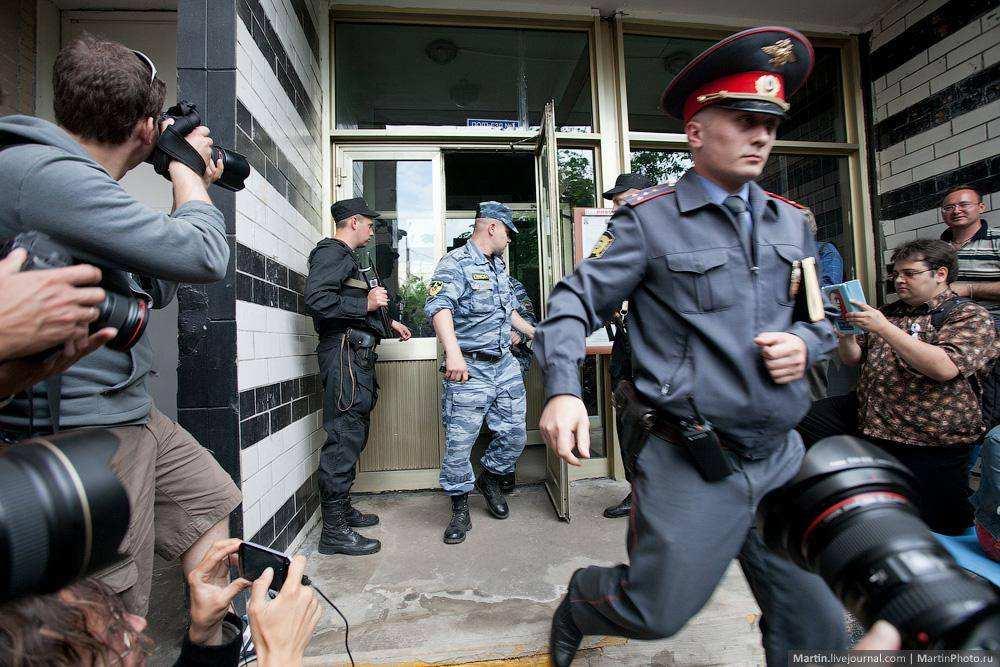 ОМОН у подъезда Алексея Навального