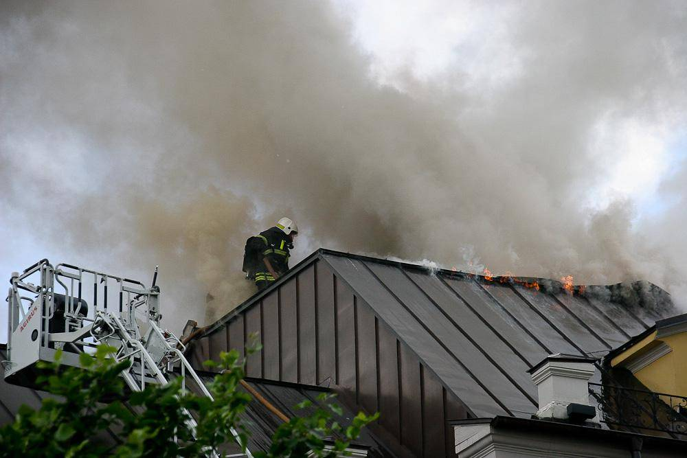 Горит крыша дома