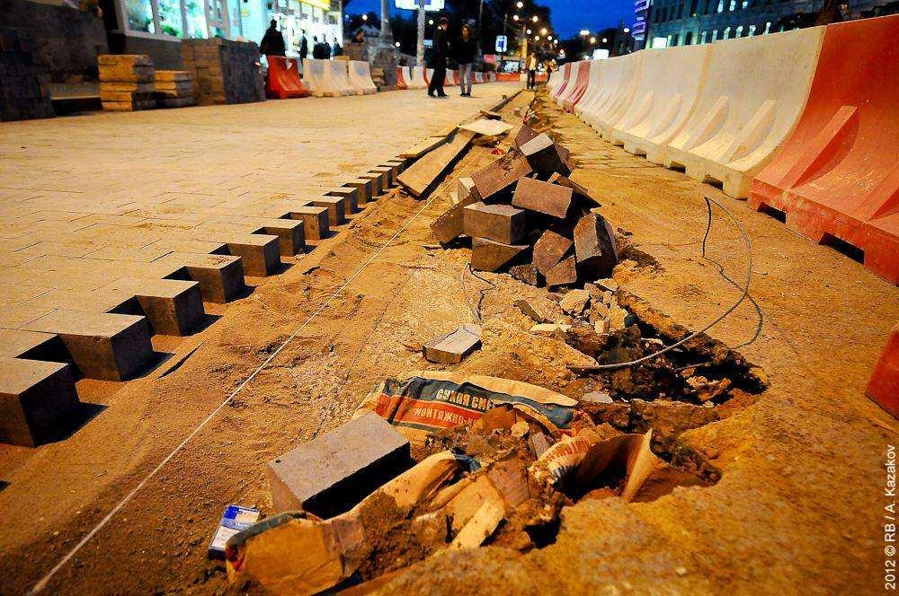 Демонтаж брусчатки на Баррикадной улице