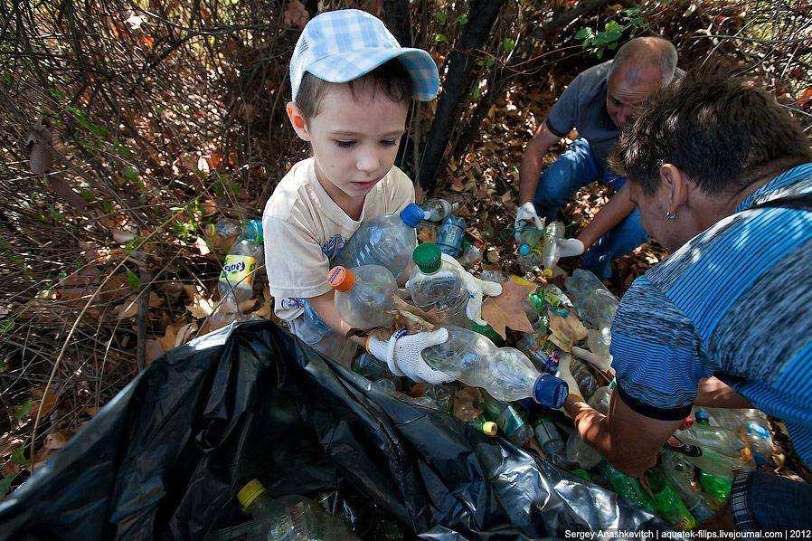 Картинка ребенок убирает мусор на природе