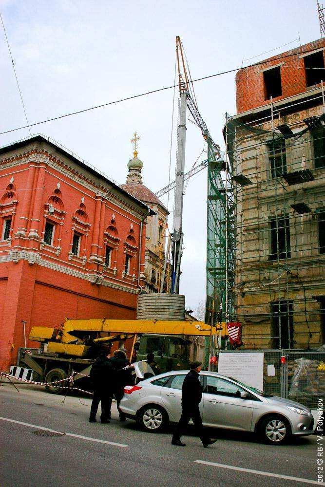 Кран обрушился на Высокопетровский монастырь