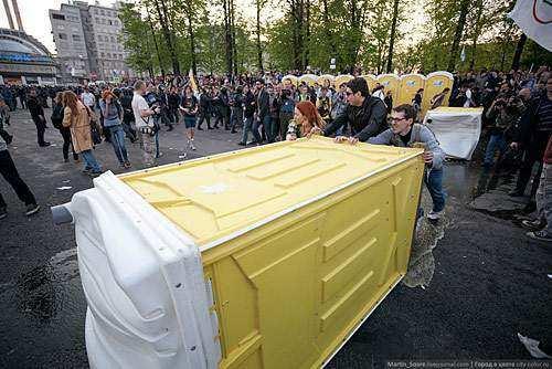 Протестующие строят баррикаду из подручных средств во время беспорядков 6 мая 2012 на Болотной площади