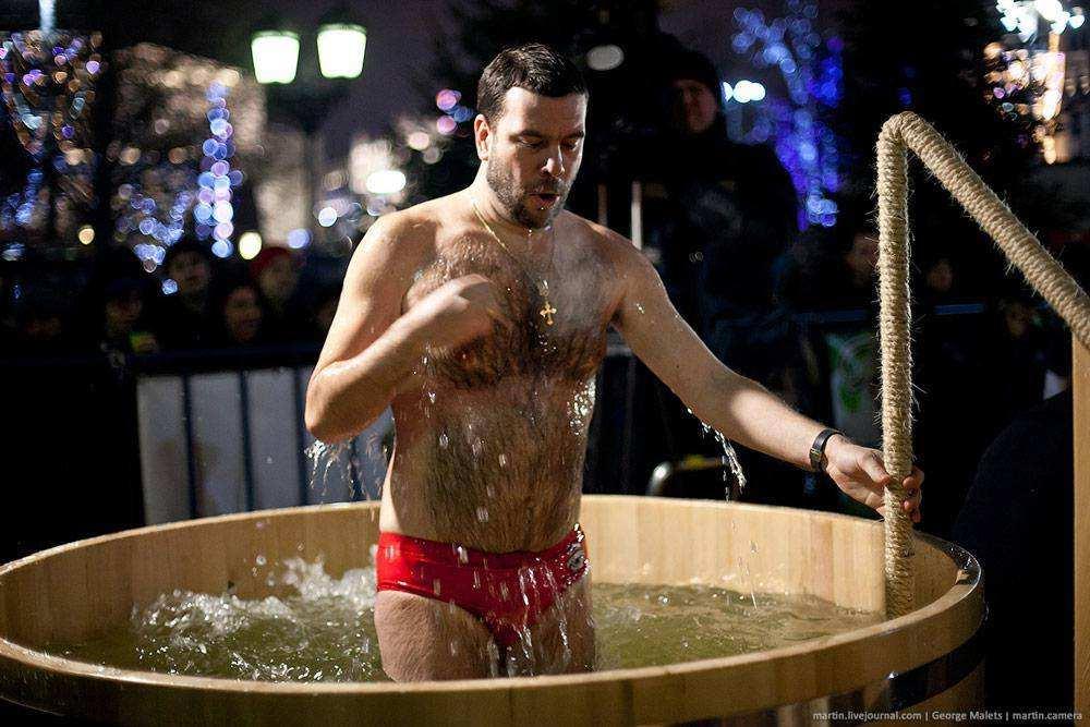 видео как купается мужчина