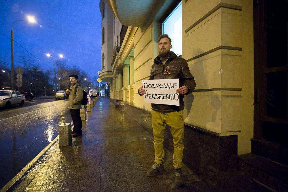 Пикетчики собрались у здания турецкого посольства в Москве