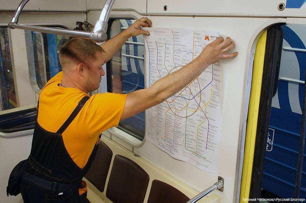 Схемы линий в вагонах метро