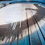 Электричку, раскрашенную вандалами, отмывают от краски