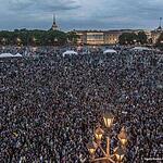 Выпускники многотысячной толпой собираются на Дворцовой площади