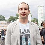 Андрей Ковалев в майке «Цой жив!» исполнил чувственные композиции о любви