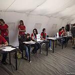 Волонтёры и организаторы в ожидании участников гонки, очередей не наблюдается.