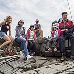 Семьи и друзья облюбовали представленную военную технику, как же побывать на танковом полигоне и не залезть на танк)