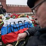 Москвичи несут цветы к месту убийства Бориса Немцова