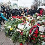 Цветы и свечи у посольства Франции в Москве