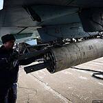 Загрузка неуправляемых ракет во время подготовки самолета Су-25СМ к вылету