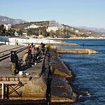 Местные рыбачат через день, в выходной на набережной к берегу не подойти – все место занимают рыбаки. Алушта.