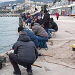 Местные рыбачат через день, в выходной на набережной к берегу не подойти – все место занимают рыбаки. Ялта.