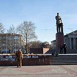 В центре Симферополя на проспекте Кирова все еще стоит памятник Ленину. Около памятника цветы и плакаты, обращенные к Турции.