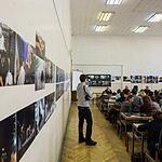 Фотографии студентов вывешиваются в большой аудитории, в которой потом и происходит обсуждение.